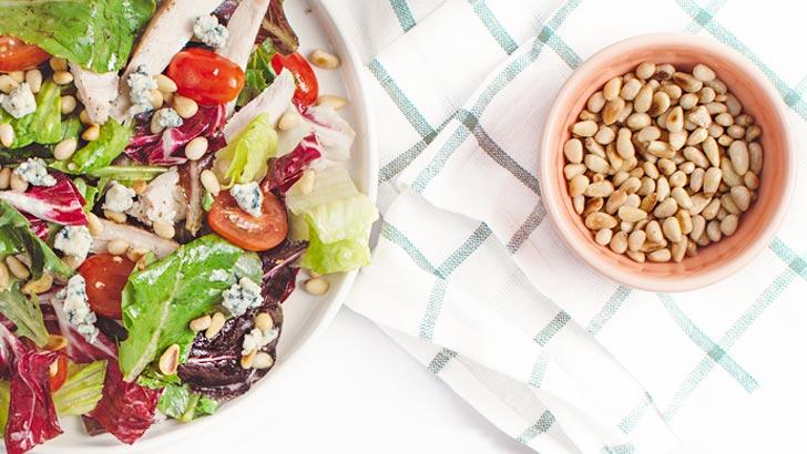 サラダと松の実イメージ